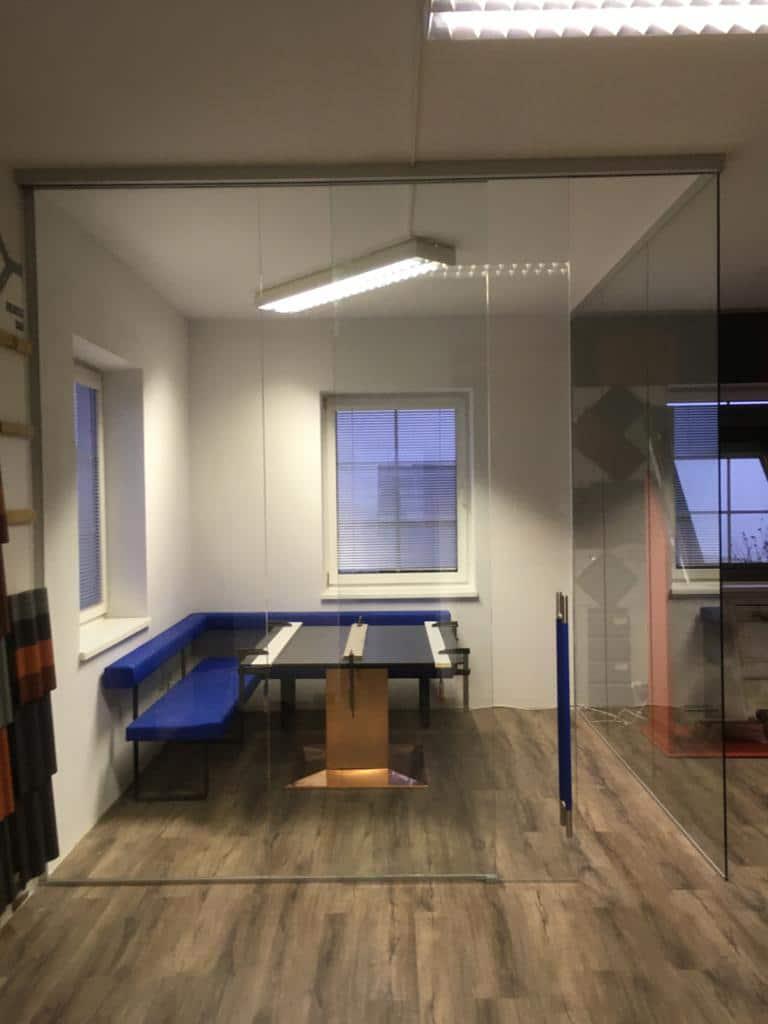 Trennwände aus Glas für Büro und Besprechung
