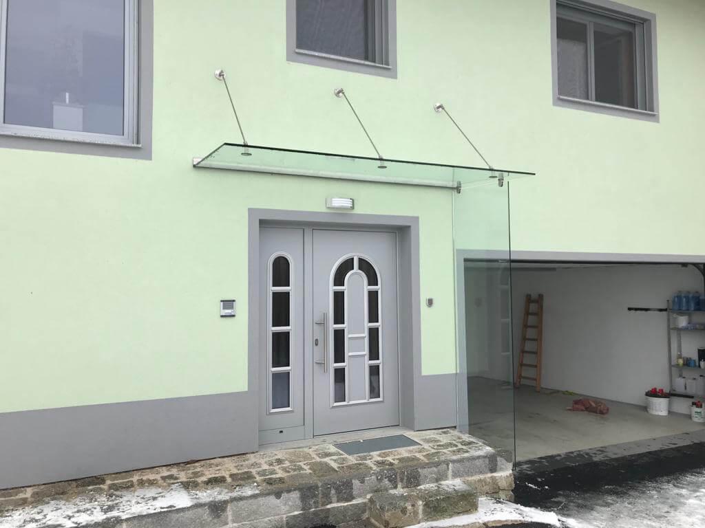 Vordach mit Seitenteil als Windfang