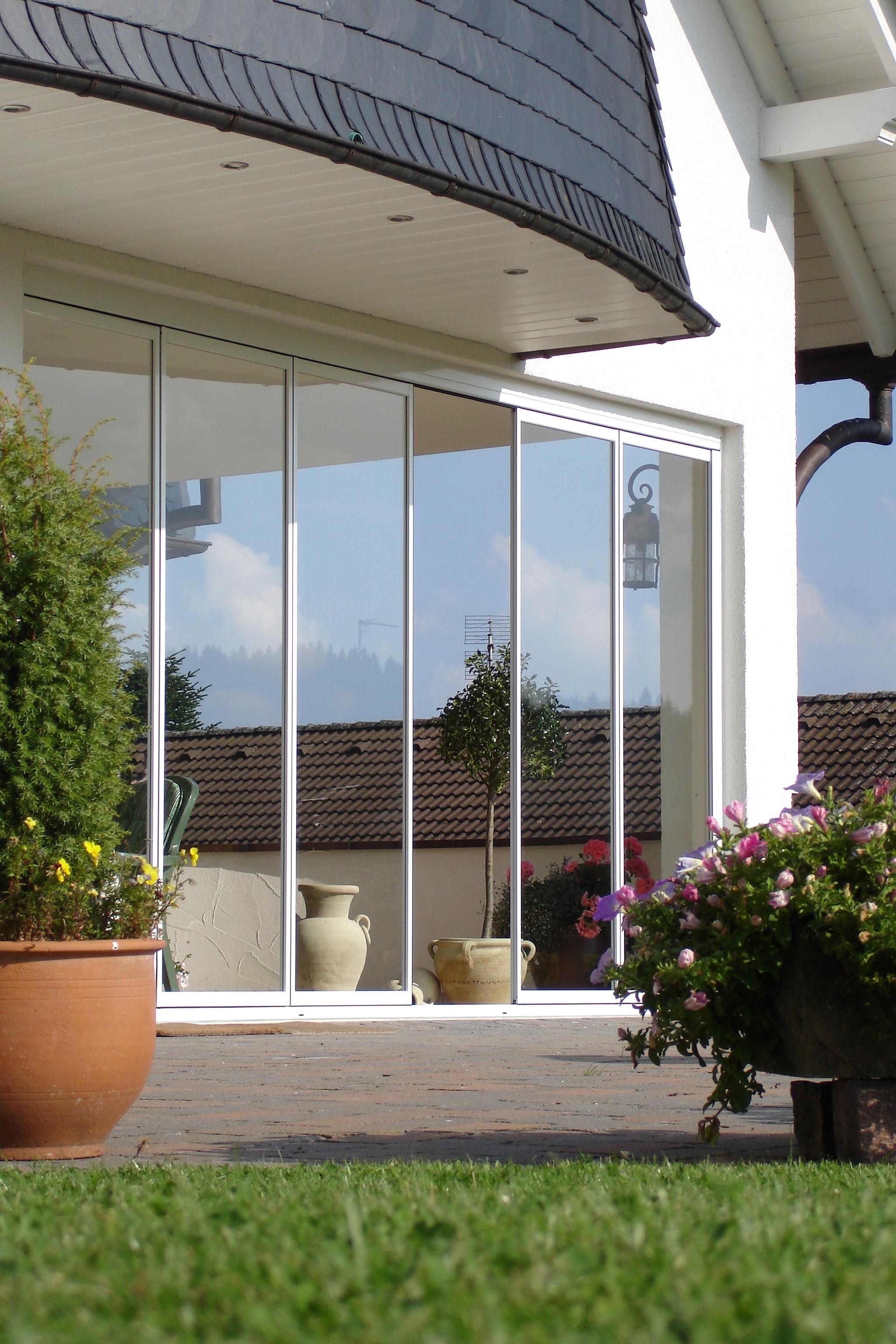 Wetterfeste Terrasse mit Glas