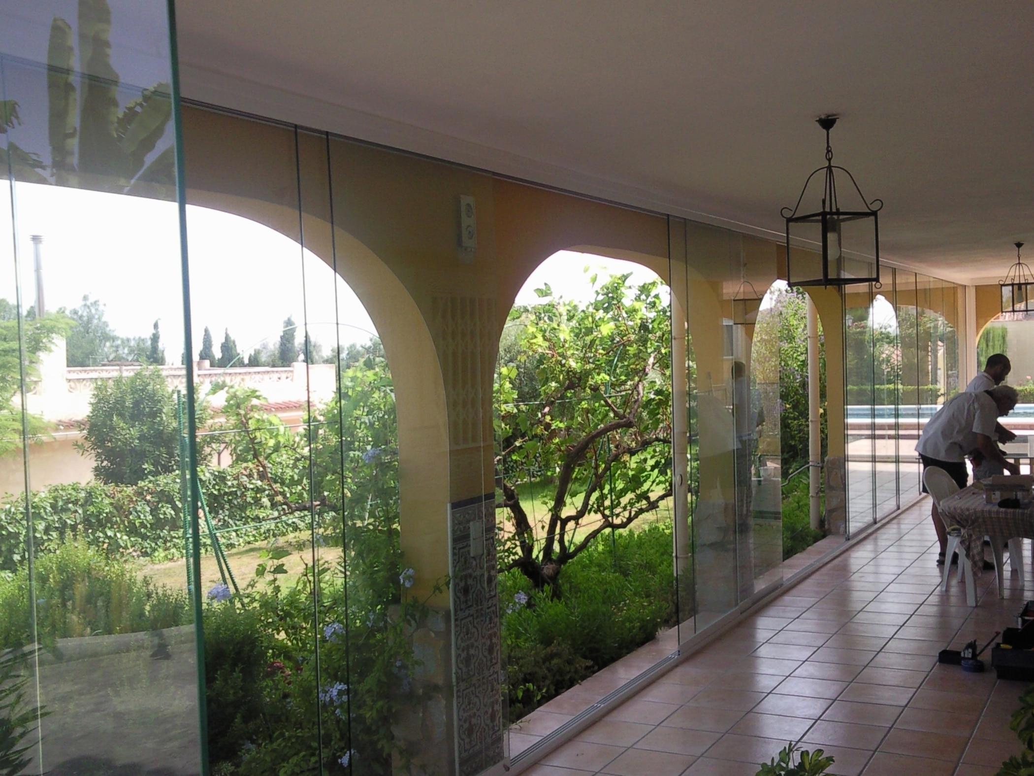 Windschutz Glas schiebbar für überdachten Bereich