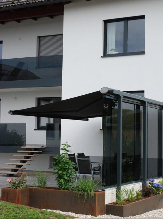 Windschutz Idee Terrasse Glas mit Beschattung