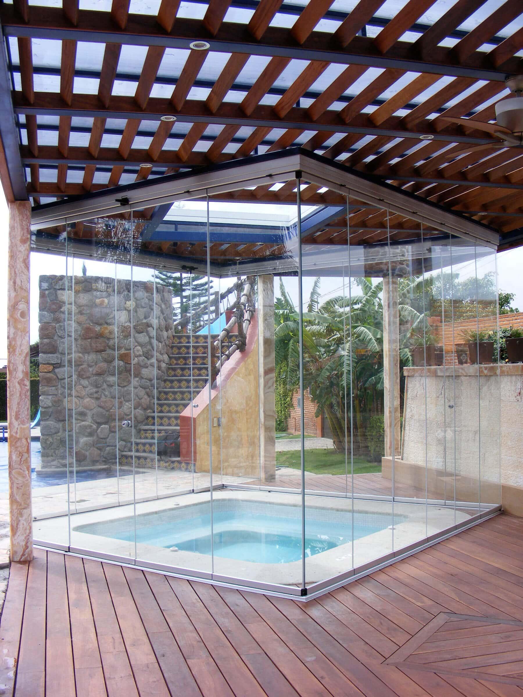Windschutz Whirlpool aus Glasschiebetüren von Sunflex