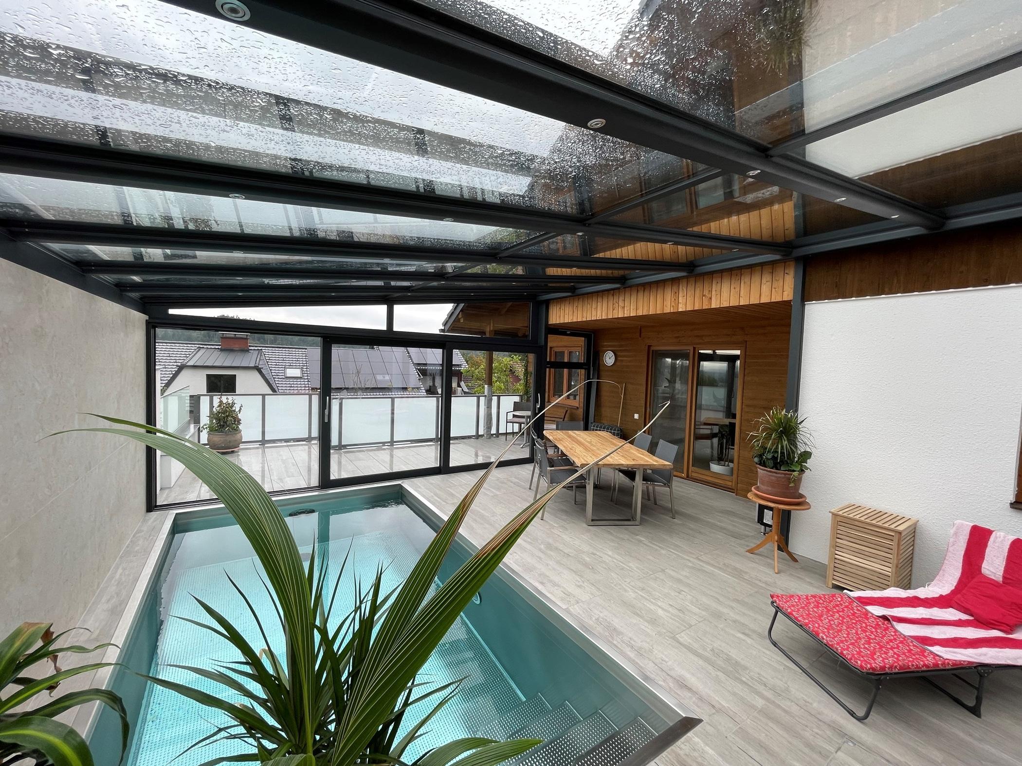 Wintergarten als Poolüberdachung in Oberösterreich montiert