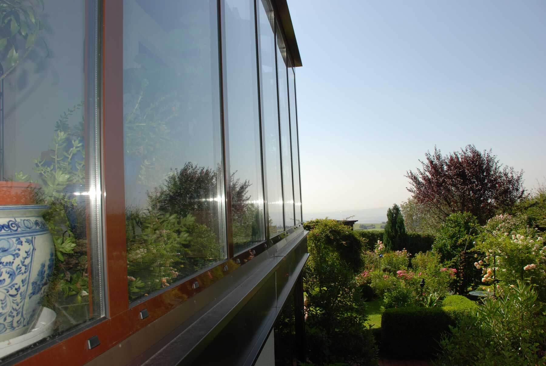 Wintergarten auf Balkon in dunkelbraun