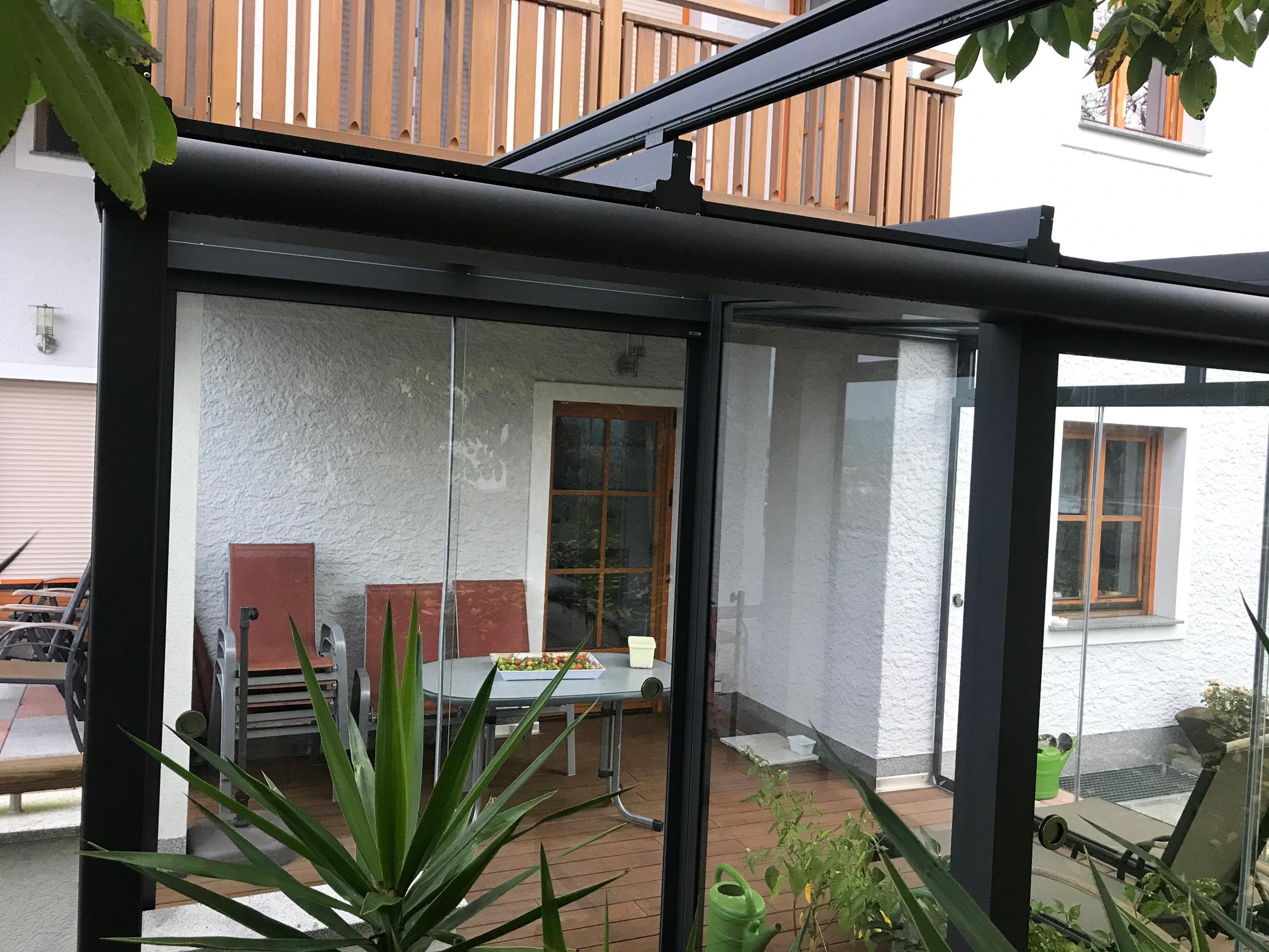 Wintergarten mit Glasdach, Glasschiebewänden und Beschattung