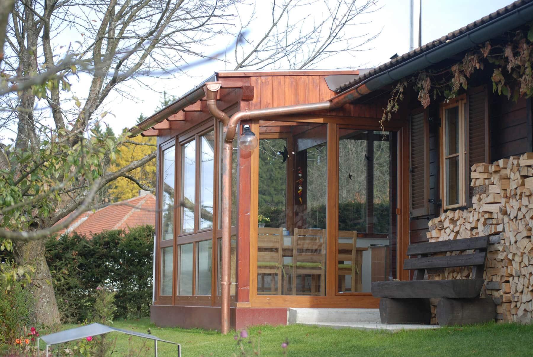 Wintergaten mit Holzkonstruktion und Fensterelementen
