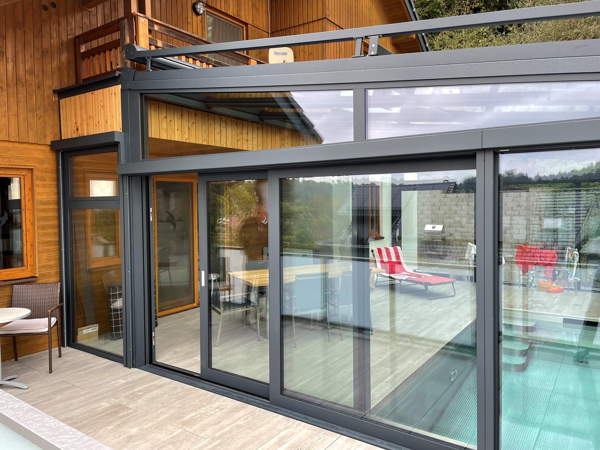 Wintergarten mit integriertem Pool in Walding montiert