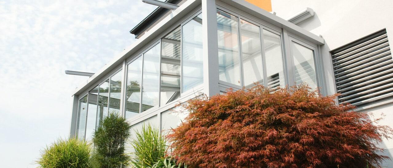 Wintergarten mit seitlichen schrägen Glasdach