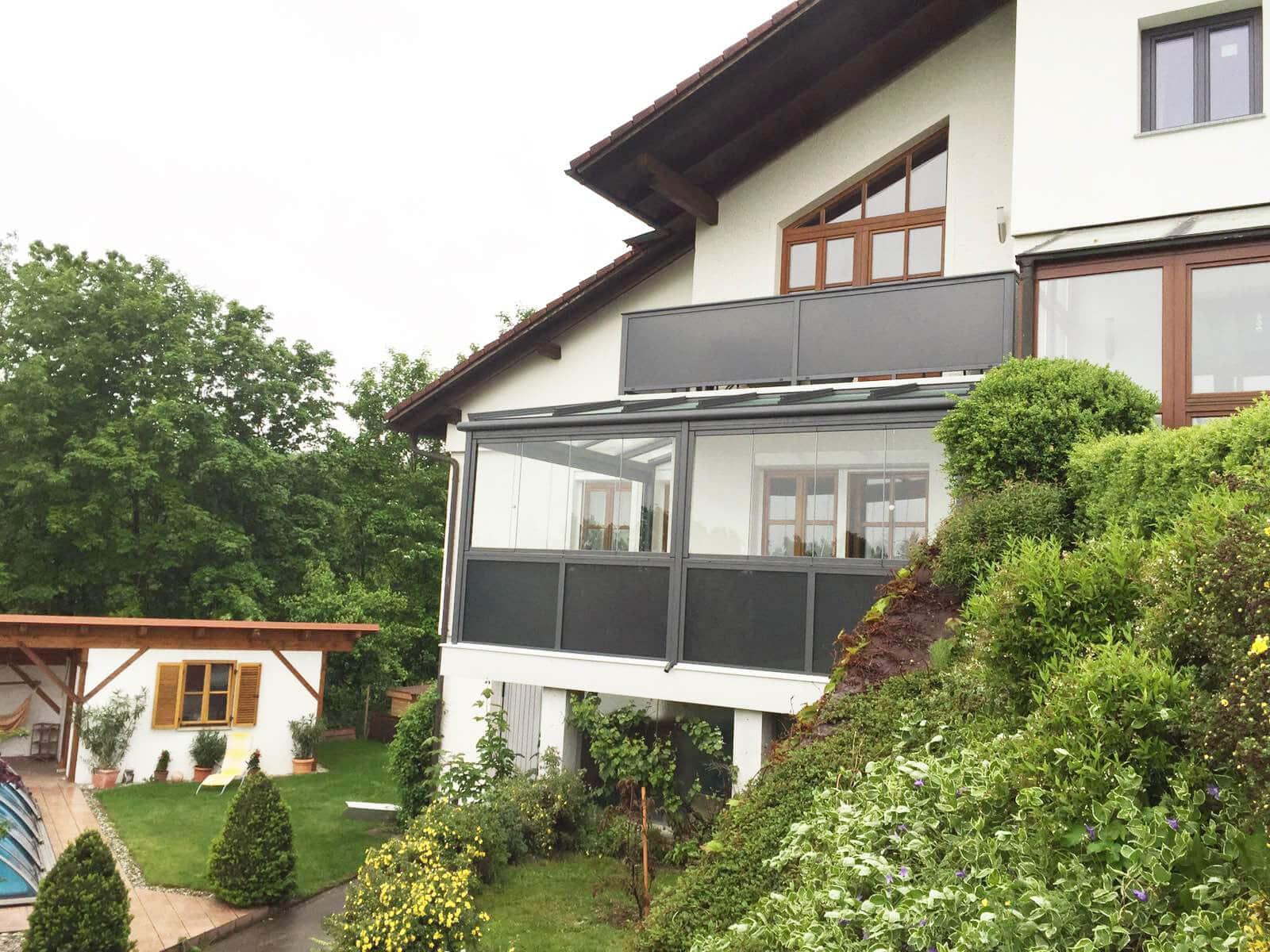 Wintergarten Sommergarten unter einem Balkon