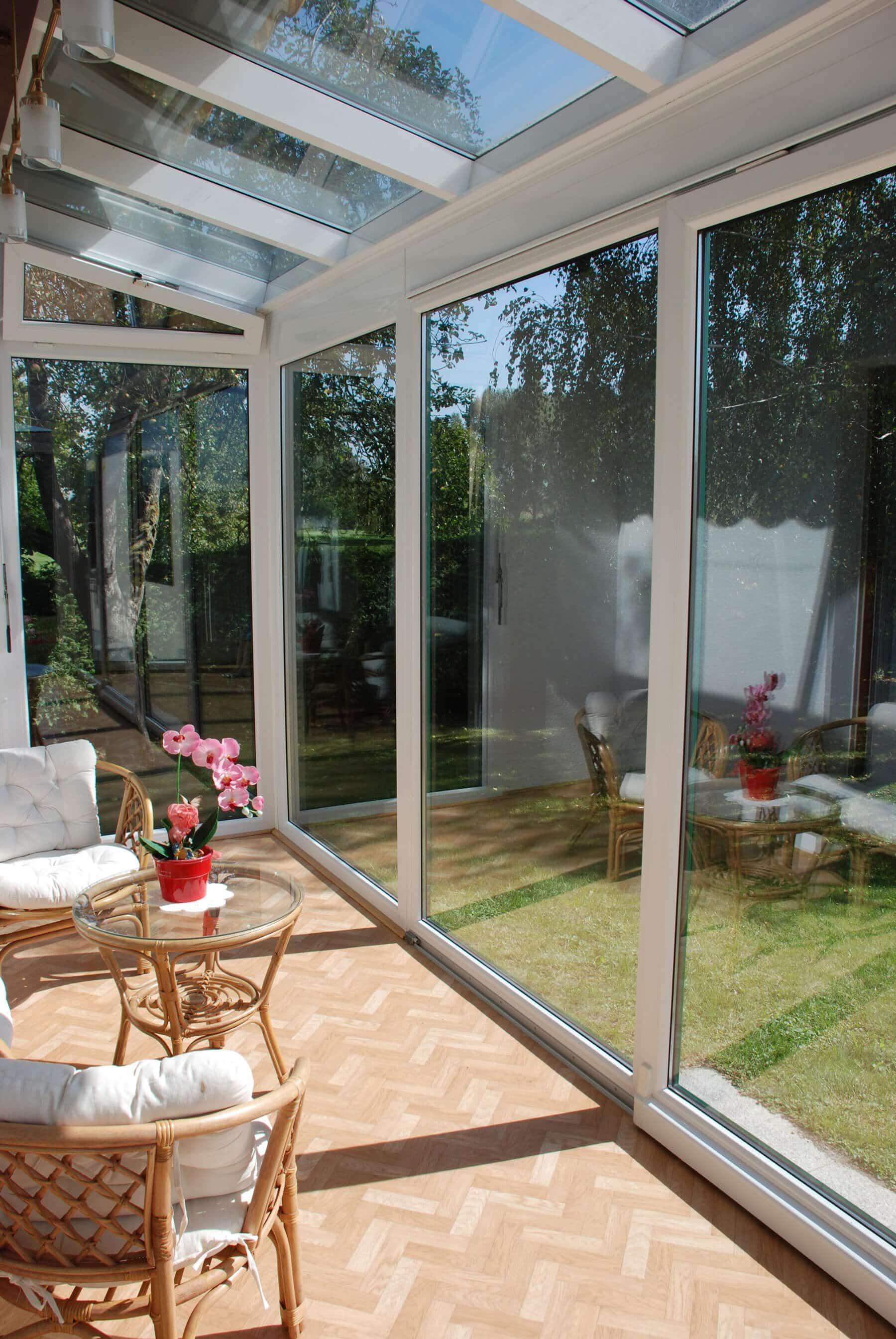Wintergarten auf Terrasse montiert mit Glas